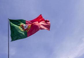 portugisiska flaggan vajande i vinden foto