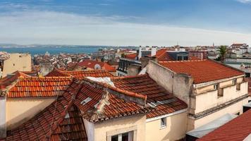 Flygfoto över röda tak i Lissabon, Portugal
