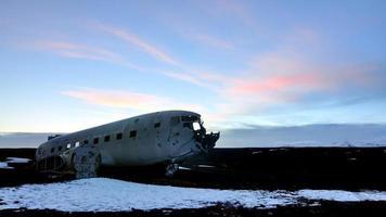 övergivna flygplan i skymningen