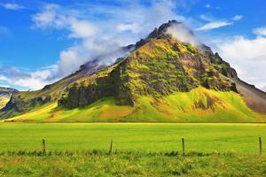 typiskt landskap för sommaren på Island foto