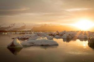 island, jokulsarlon glaciärlagun vid solnedgången