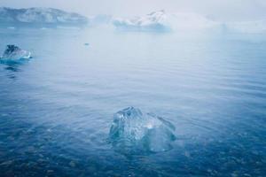 vacker livlig bild av isländska glaciären och glaciärlagunen