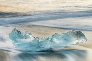 vacker blå is på den svarta sandstranden, jokulsarlon, island