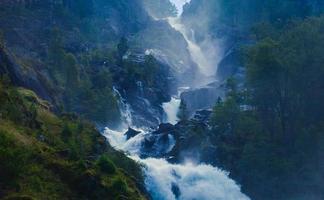 vacker livlig panoramabild med utsikt över vattenfallet i Island