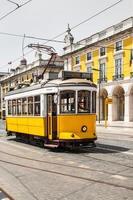 gul spårvagn i Lissabon