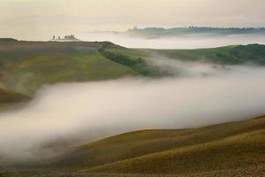 tuscany - landskap panorama, kullar och äng,