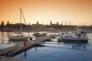 yacht marina vid solnedgången. foto