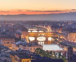 Arno River och Ponte Vecchio vid solnedgången, Florens