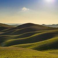 Toscana, solnedgång landsbygdens landskap. böljande kullar och jordbruksmark.