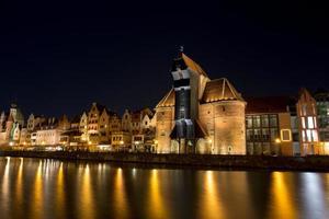 Gdansk gamla stad på natten vid floden Motlawa