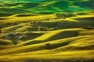 tuscany vår, böljande kullar vid solnedgången. volterra landsbygdens landskap