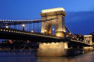 kedjebron och Donaufloden i Budapest på natten