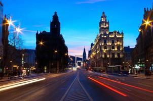 trafik på natten i budapest foto