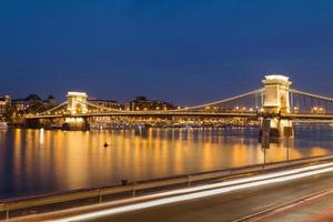 szechenyi kedjebro i Budapest på natten