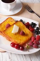 vacker mat: fransk toast med bär och kaffe