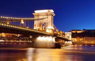 kedjebron i budapest på kvällen.