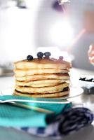 pannkakor med lönnsirap och blåbär