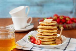 pannkakor med honungsirap, smör och jordgubbe