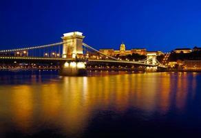 budapest på natten. kedjebron, kungliga palatset och Donaufloden
