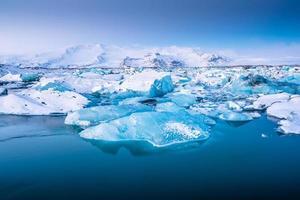 isberg som flyter i jokulsarlon glaciärsjön vid solnedgången. södra Island. foto