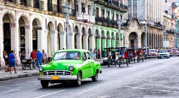 gatubild med veteranbil i havanna, Kuba.