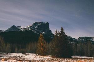 snötäckta berg i skymningen
