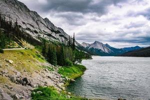 berg nära en sjö
