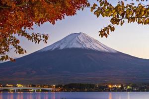 vid skott av berget fuji vid gryningen foto