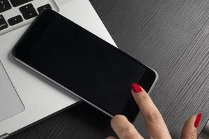 håller 5,5-tums smartphone foto