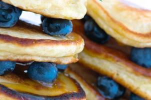läckra pannkakor på nära håll, med färska blåbär och lönn sy