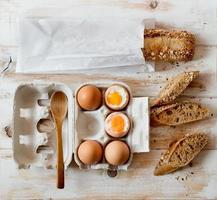 mjuka kokta ägg och fullkornsbröd.
