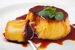 karamell vaniljsås pudding foto