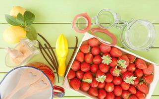 matlagning sylt med färska jordgubbar foto