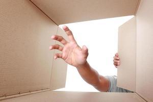hand ta något inuti lådan