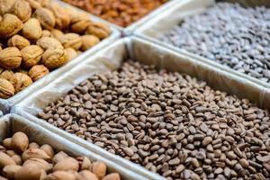 sorter av nötter foto