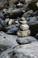 minneshög av stenar foto