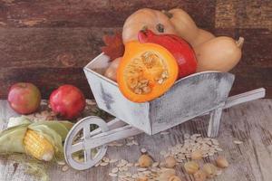 höstfrukter och grönsaker med pumpor foto