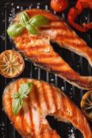 grillad biff röd fisk lax och grönsaker på grillen foto