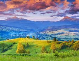 vackert sommarlandskap i bergsbyn.