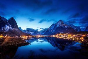 solnedgång i landsby, lofoten, norge