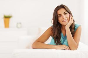 porträtt av vacker kvinna i vardagsrummet foto