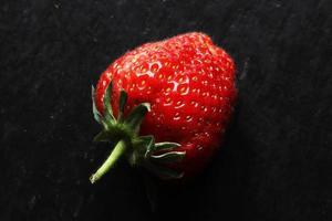 hel jordgubbe på skiffer foto