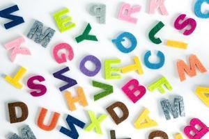 färgglada engelska alfabetet på vit bakgrund