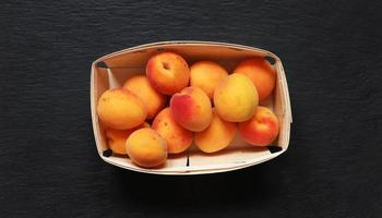 aprikoser i en låda foto