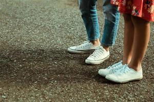 flickor som bär sneakers