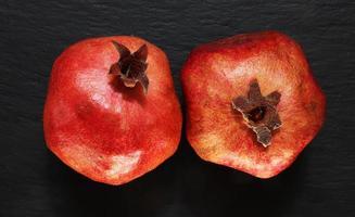 två hela granatäpplen