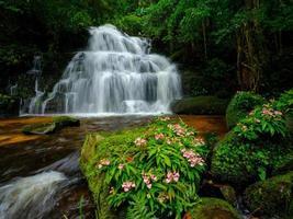 slät vattenfall bakgrund foto