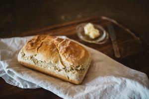 nybakat bröd på vit textil