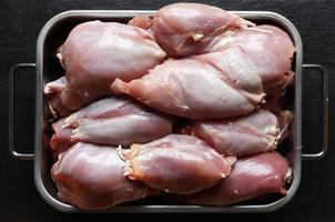 rå, skinnfri benfri kyckling foto