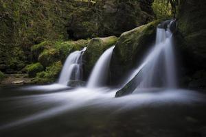 flödande vattenfall i Luxemburg foto